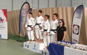 Notre championne du jour, Ines Khatir, récompensée comme ses consœurs du podium par Sandrine Martinet-Aurières, championne paralympique de judo en moins de 52 kg à Rio (Brésil) en 2016.